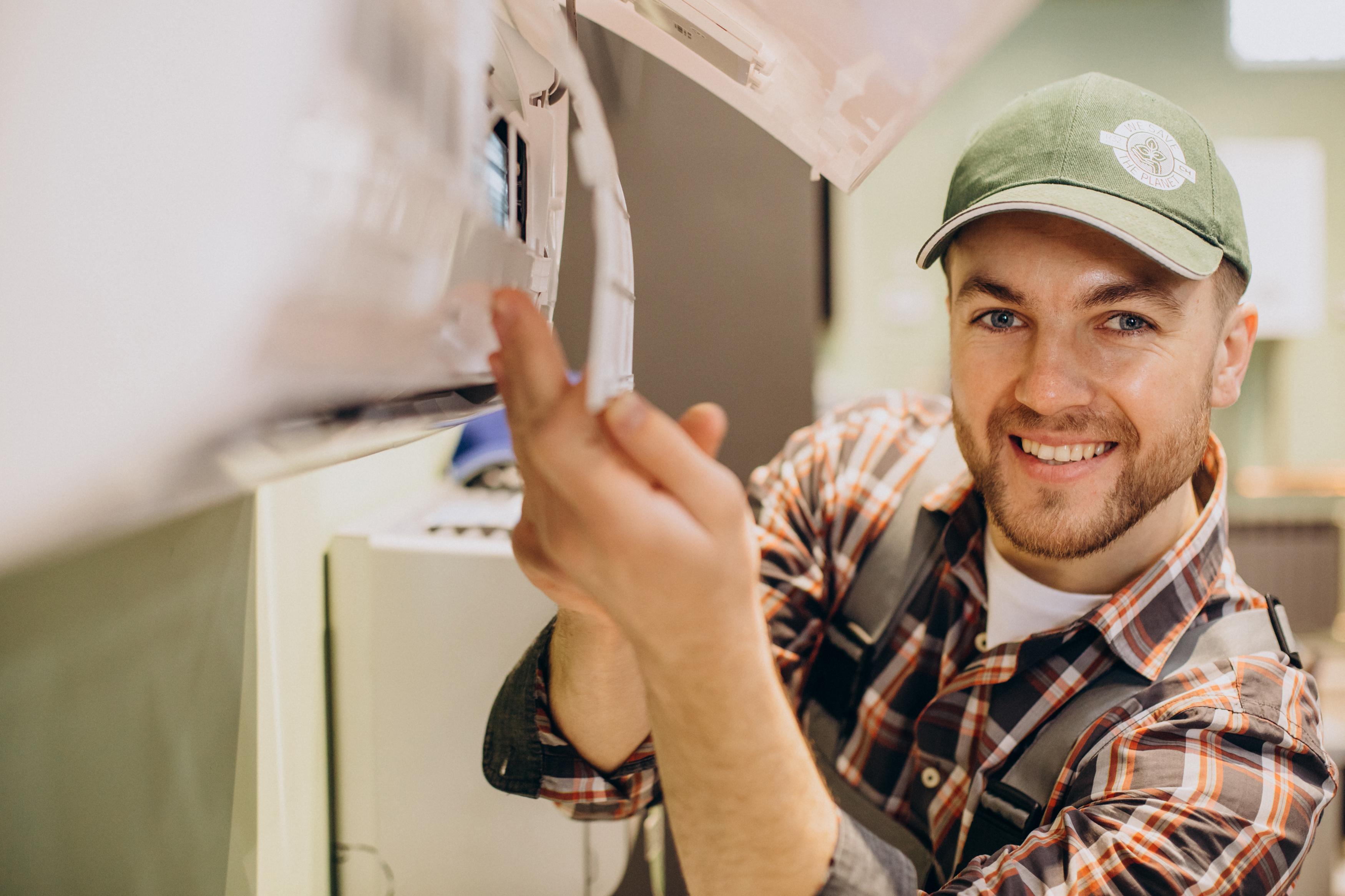 hombre instalando aire acondicionado - Ercona